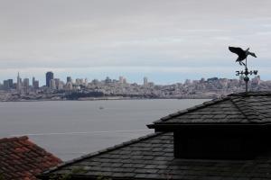 Foto de San Francisco desde un garage empinado en Sauzalito