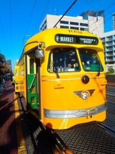 El mismo tranvía parado en Market St. debido a un colado.