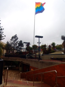 Estación del Metro de El Castro con bandera gay.